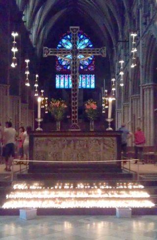 Lysteppe ved altaret