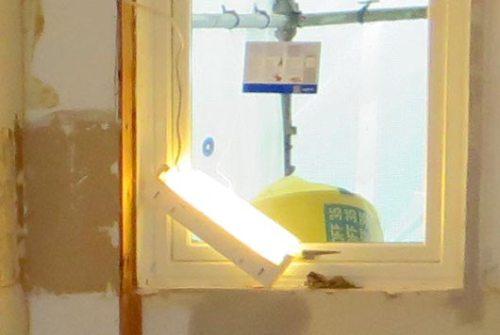 Påslegen lysarmatur som ligg på skrå og oppned i den ubygde vindaugskarmen.